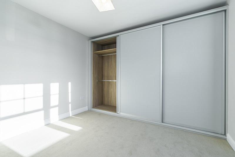Světlá vestavěná skříň